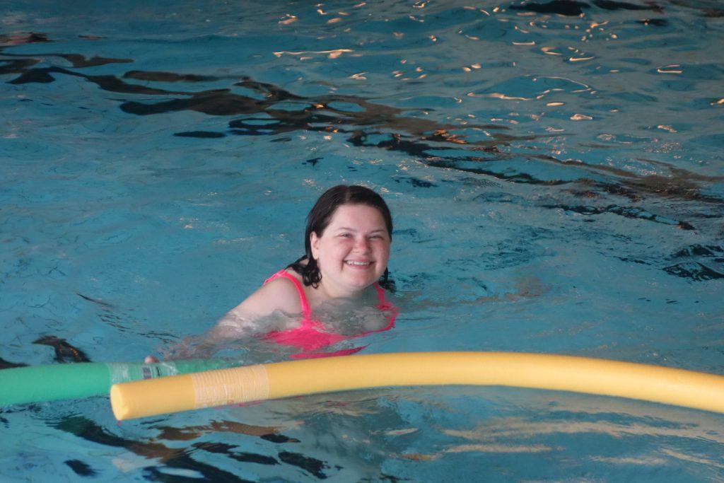 Smilende dame i bassenget