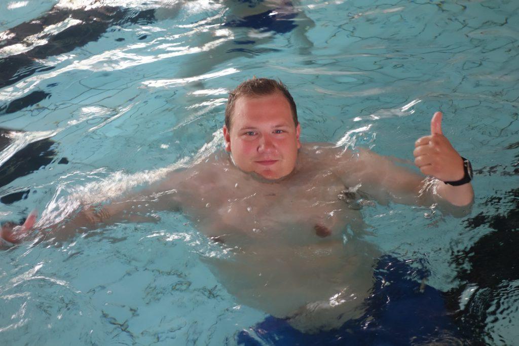 Mann tommel opp i bassenget