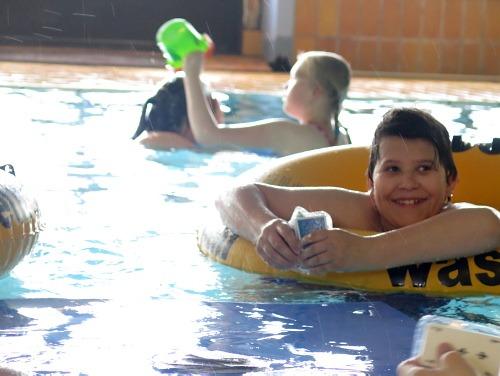 Gøy i bassenget