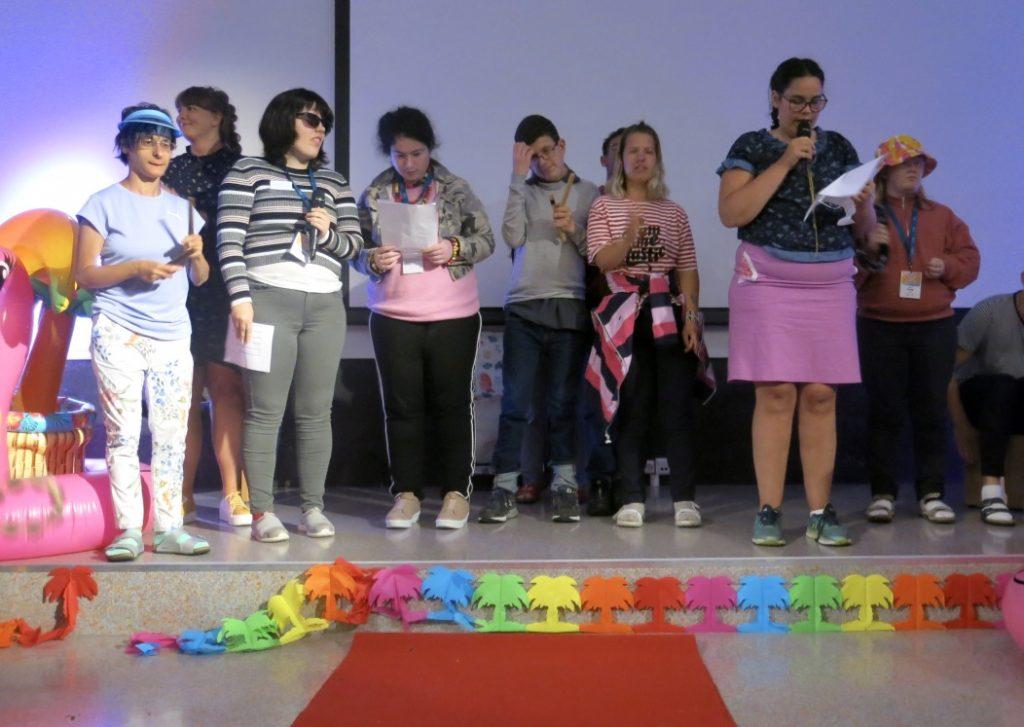 En gjeng står på scenen og underholder