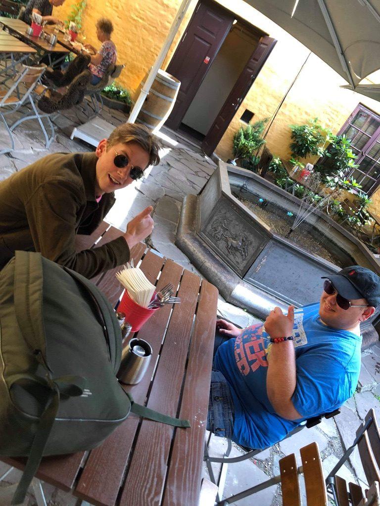 To personer på kafe