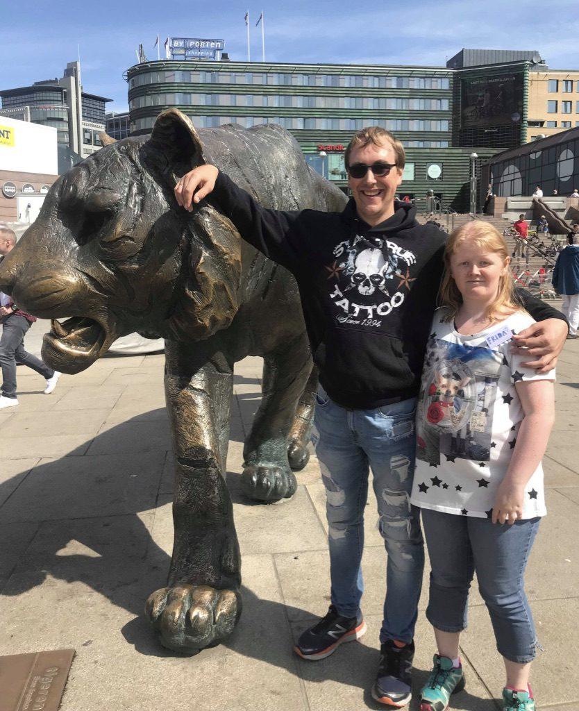 To personer poserer ved Tigern i Oslo