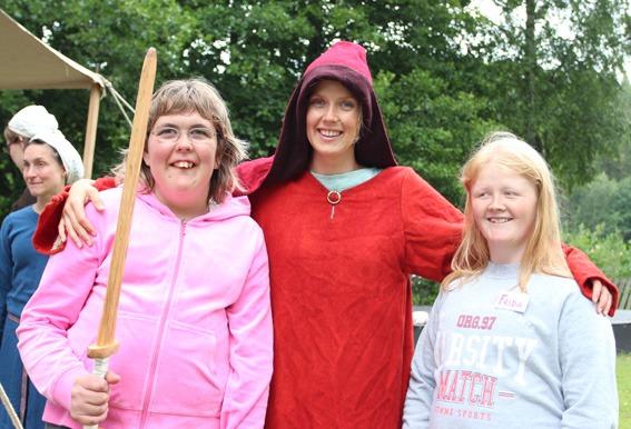 Tre jenter med sverd