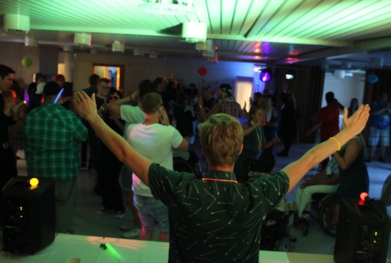 Gutt med hendene opp på disco