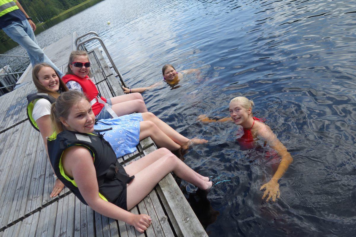 Gjeng på brygga og i vannet