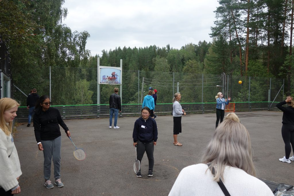 En gruppe mennesker som er i ballbingen, som driver med forskjellige aktiviteter