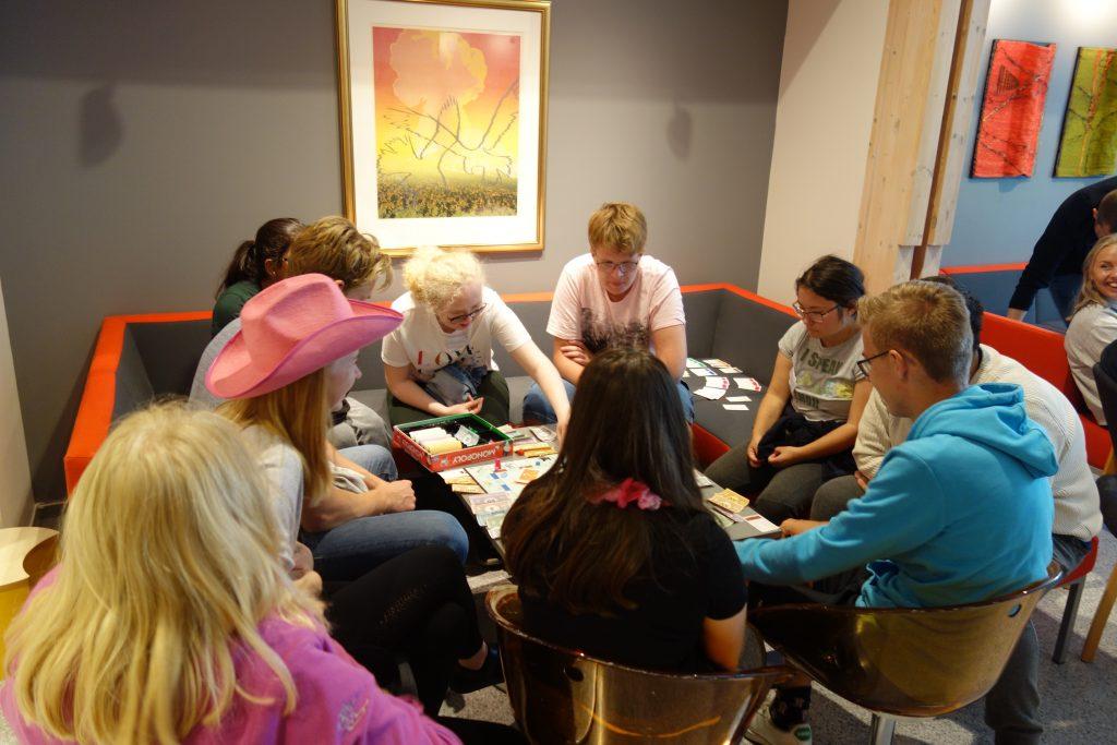 en gruppe mennesker som spiller brettspill