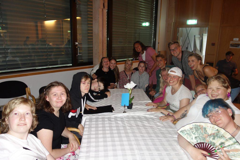 Mange mennesker rundt et bord