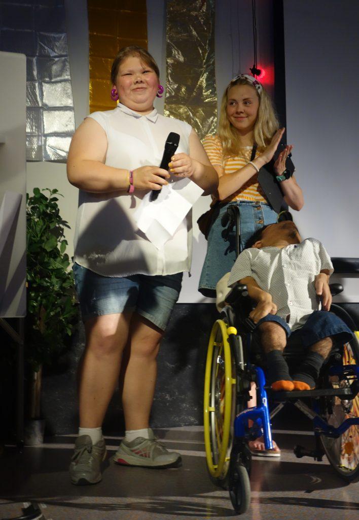 tre personer på scenen