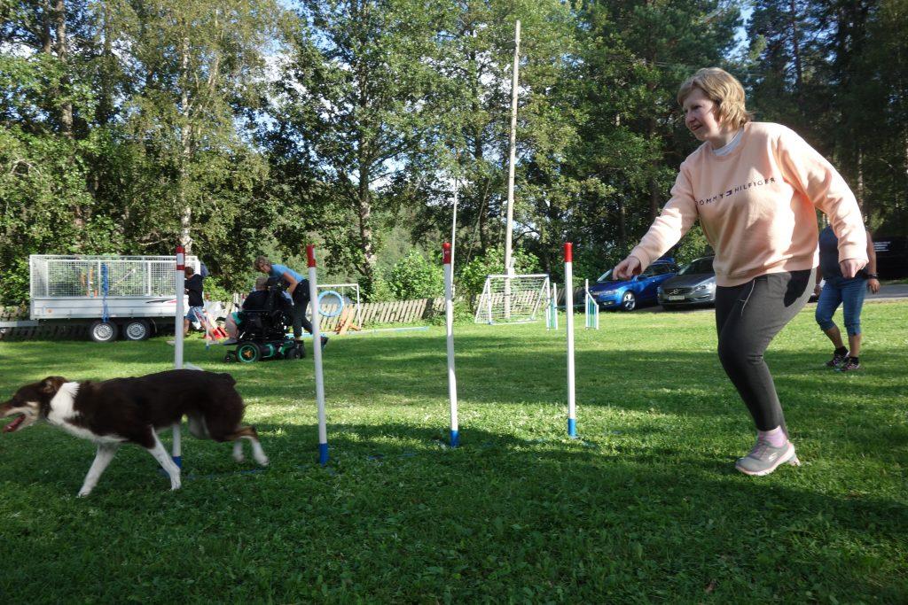 En glad jente som løper ved siden av en hund