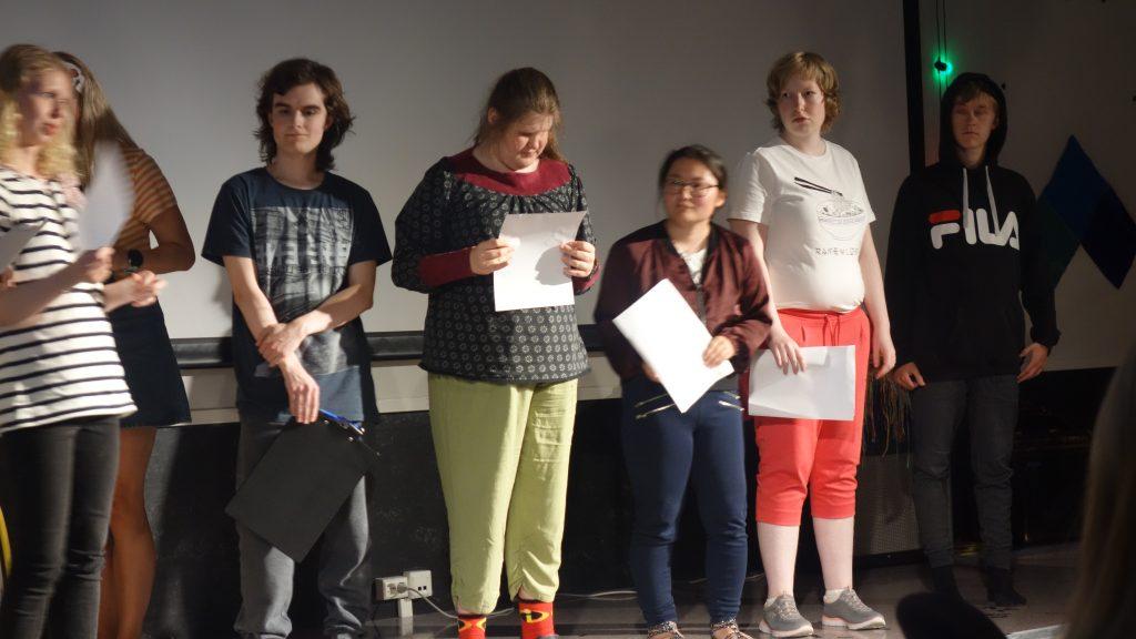 en gruppe personer som står på scenen
