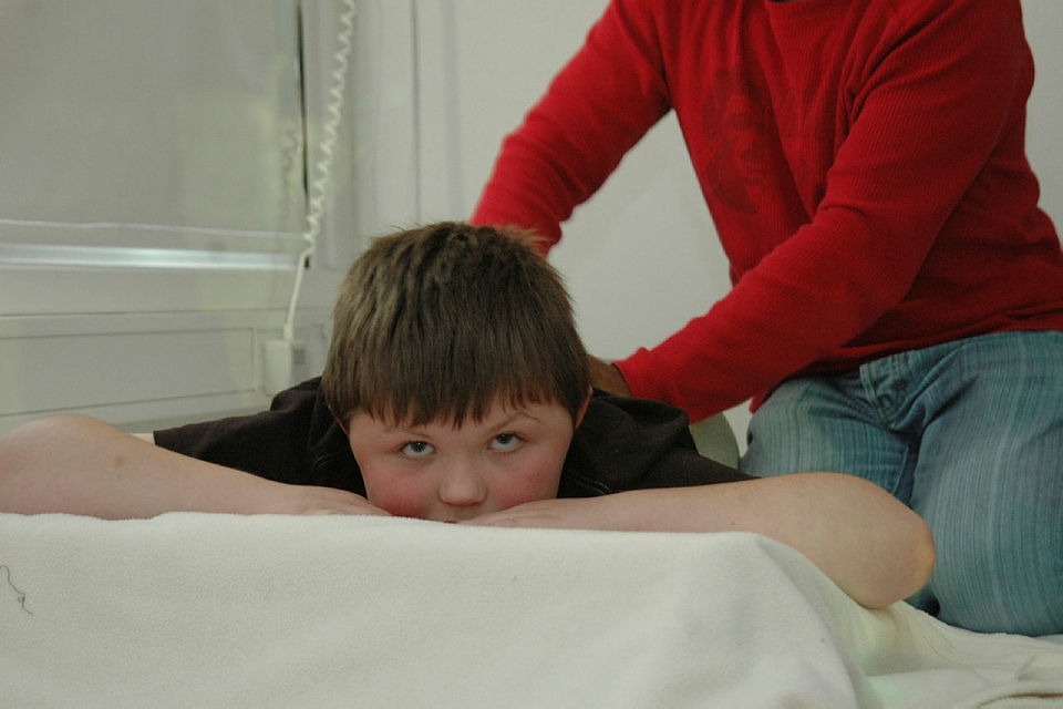 Ung gutt med Duchennes muskeldystrofi får massasje