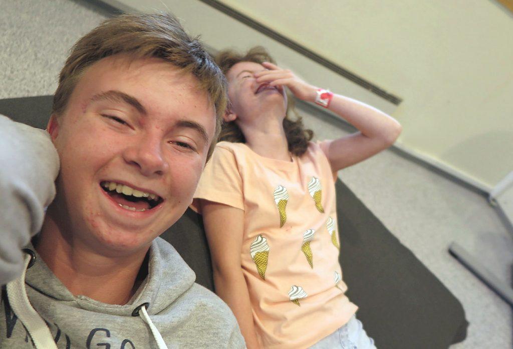To ungdommer som tuller og ler