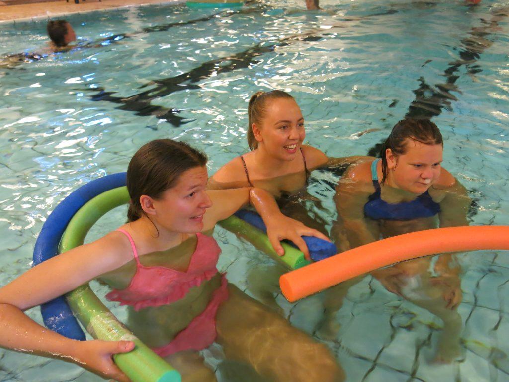 tre stykker som er i bassenget