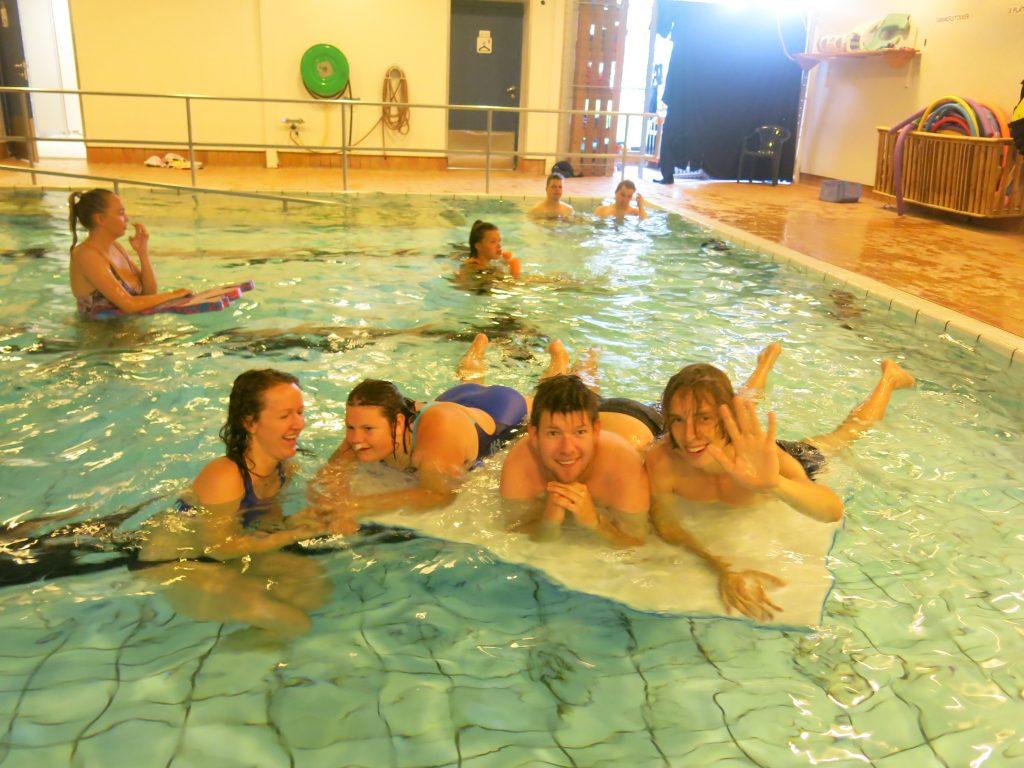 En gruppe mennesker som bader