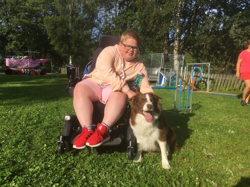 glad gutt med hund