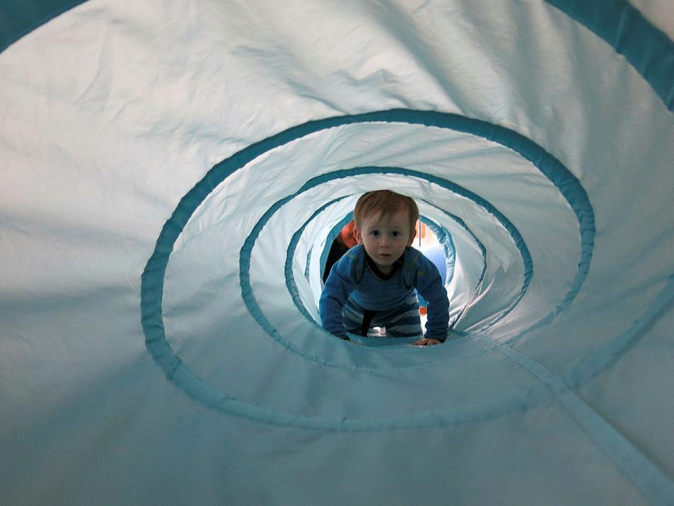 Gutt med mitokondriesykdom krabber i tunnell