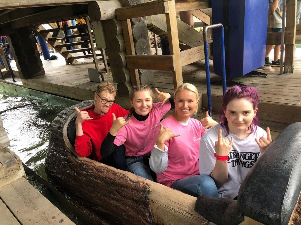 Fire stykker som sitter i en kano
