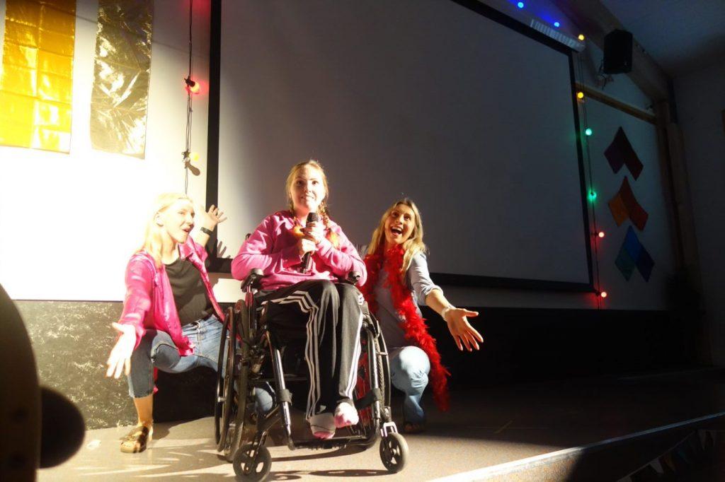 Tre mennesker som står på scenen