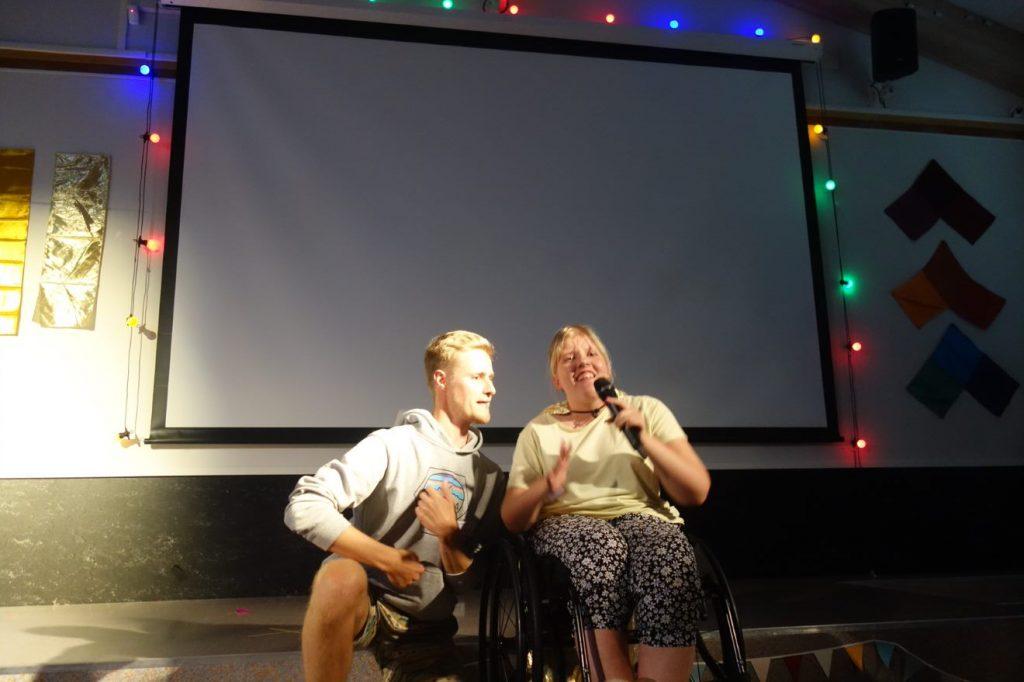 To mennesker som står på scenen