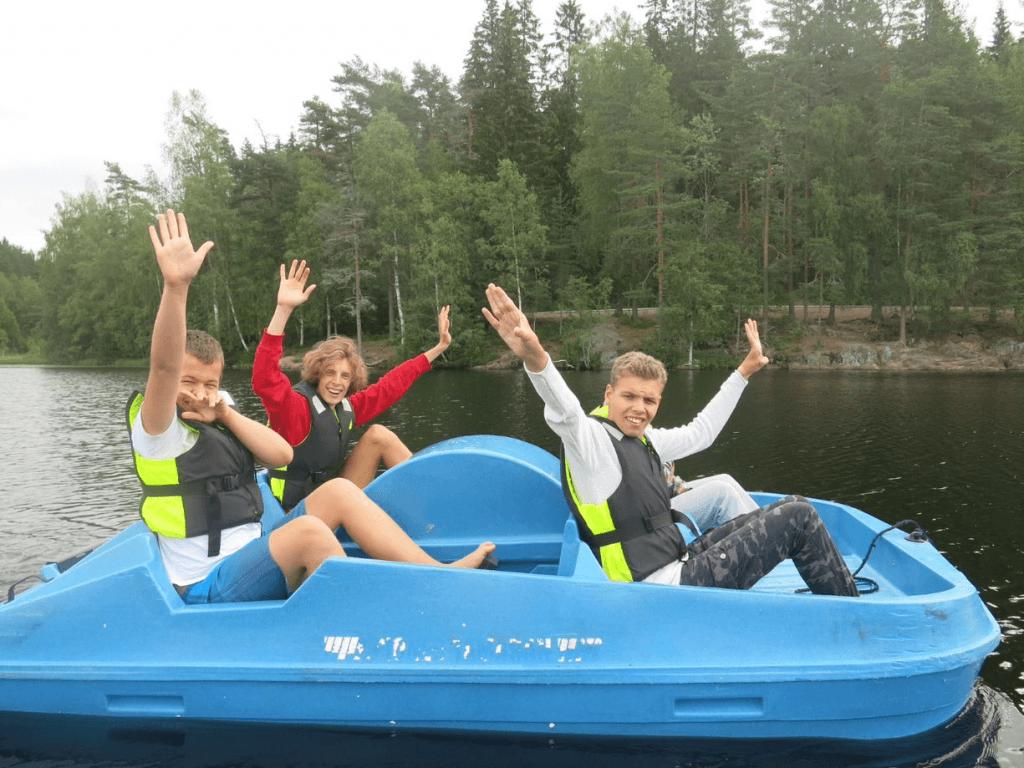 Fire mennesker som er ute på kjernet i en trå-båt