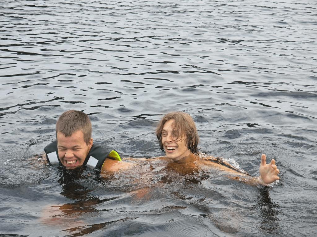 to mennesker som svømmer