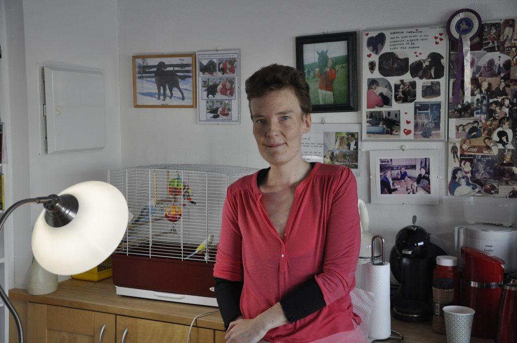Caroline som har Prader-Willis syndrom sitter i leiligheten sin