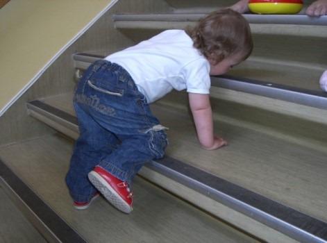 Barn krabber opp trapp