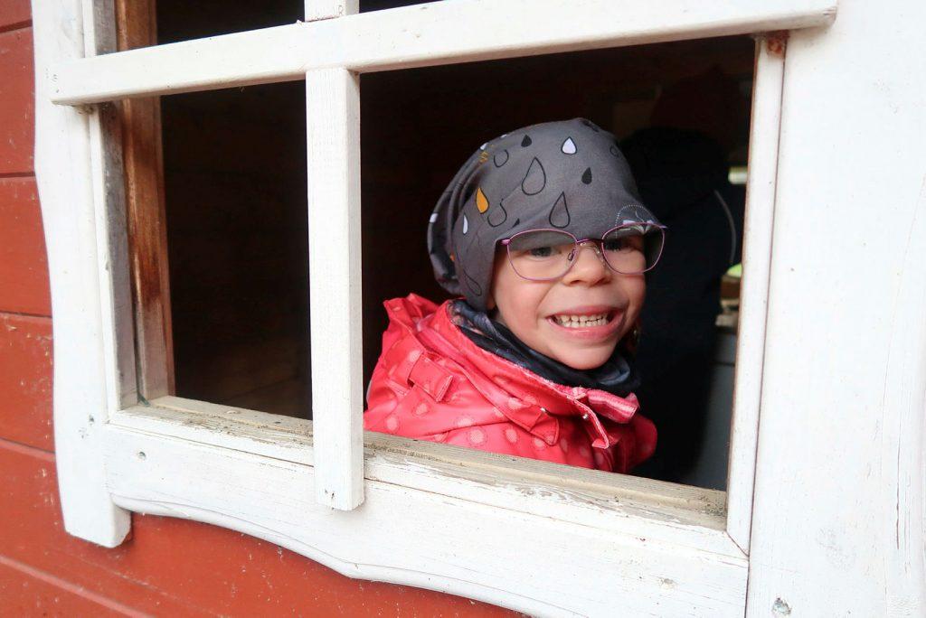 Barn med Williams' syndrom leker ute