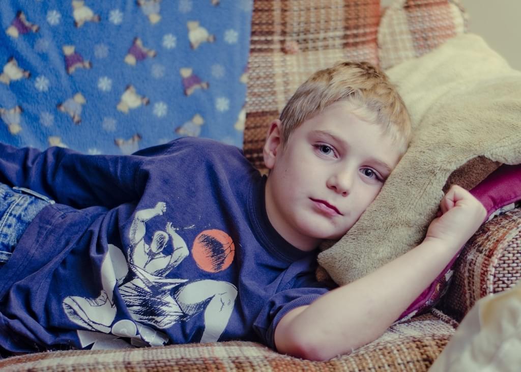 gutt ligger i sofa