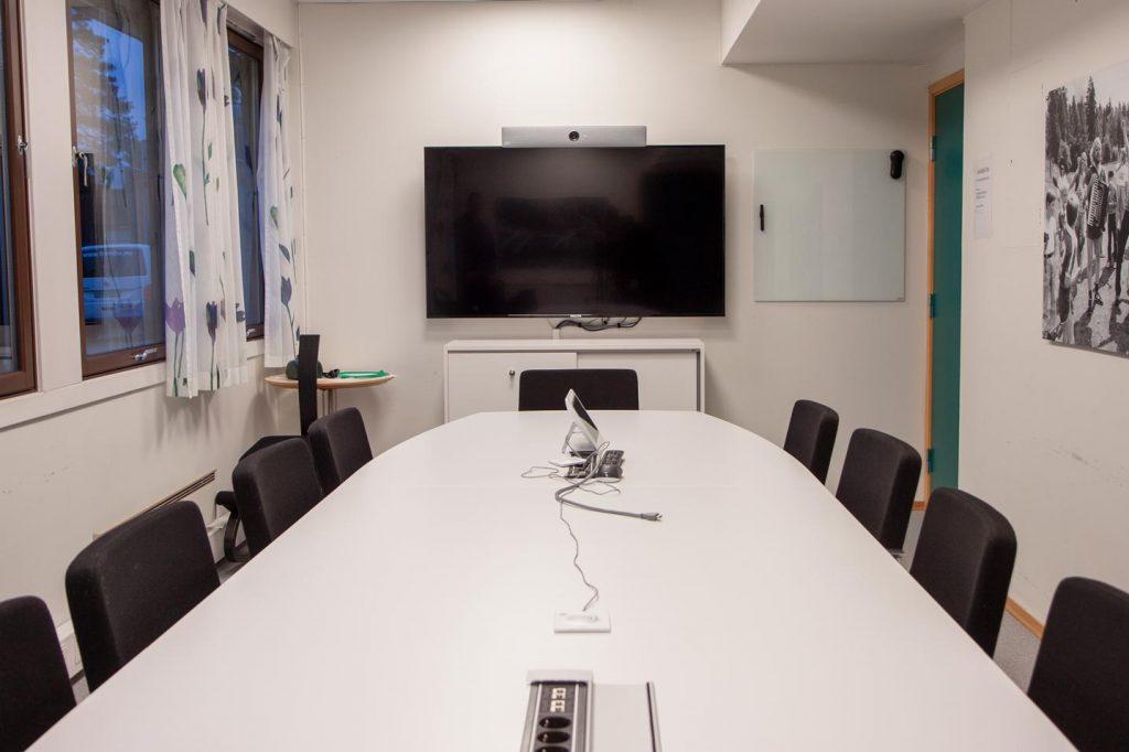 Bildet viser et møterom med skjerm for videokonferanse