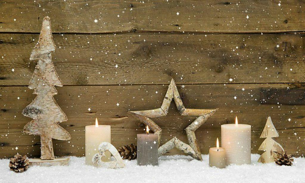 Julepynt og tente lys