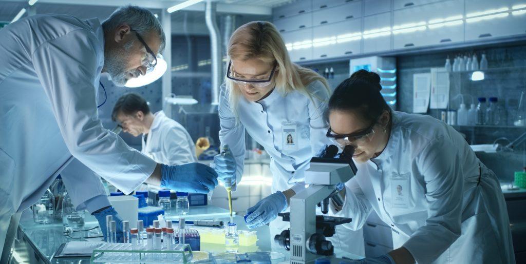 Forskere på laben (Foto: Shutterstock, NTB scanpix. Kilde: Source: http://scanpix.no)