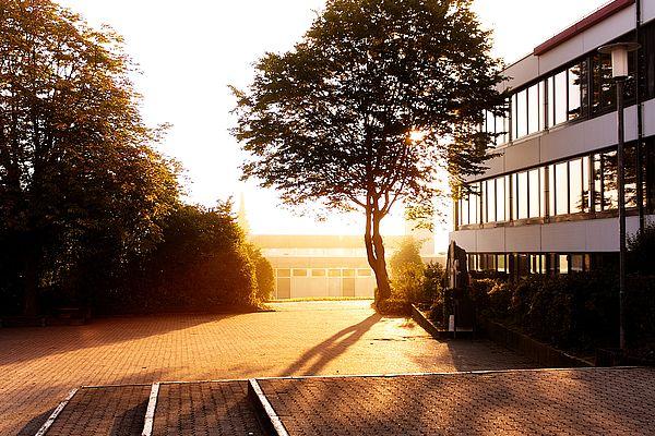 Foto av en skolegård med skolebygninger rundt